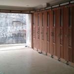 Rel pintu garasi kayu dengan sistem geser dan lipat